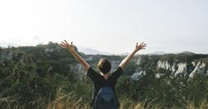 自由を感じる女性の写真